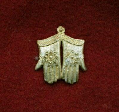 """m53 """"Gloves"""" Medieval piligrim badge"""