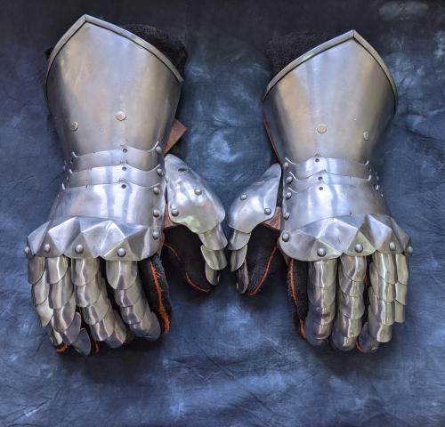Basic gothic fingered gauntlets