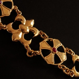 A luxurious knight's chain (collar)