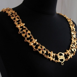 A luxurious knight's chain (collar)